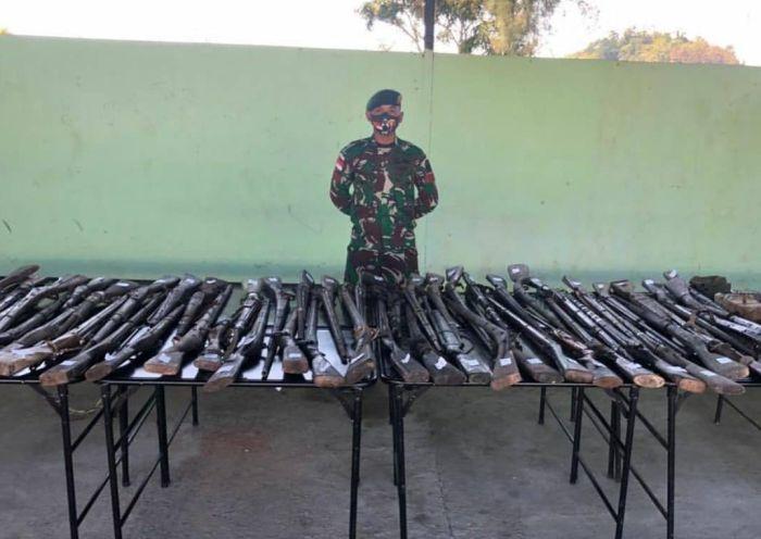https: img.okezone.com content 2021 09 01 337 2464356 6-bulan-jaga-perbatasan-indonesia-tni-amankan-100-senpi-dan-bahan-peledak-unhU6lbtwj.jpg