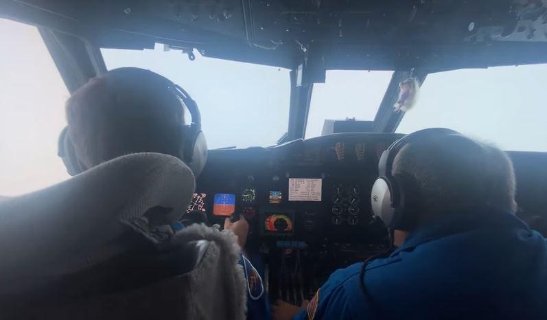 https: img.okezone.com content 2021 09 01 406 2464363 viral-pilot-nekat-terobos-badai-mengerikan-videonya-bikin-jantung-mau-copot-eSasCCNjJd.JPG