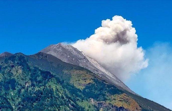 https: img.okezone.com content 2021 09 01 510 2464706 gunung-merapi-kembali-muntahkan-awan-panas-megelang-diguyur-hujan-abu-meomUEDaPP.JPG