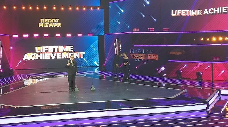https: img.okezone.com content 2021 09 01 598 2464405 deddy-mizwar-raih-lifetime-achievement-di-indonesian-drama-series-awards-2021-POFgsupw7F.jpg
