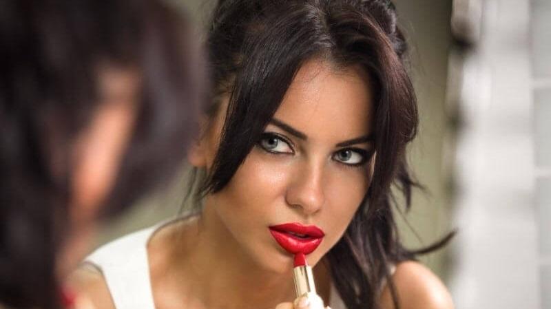 https: img.okezone.com content 2021 09 01 611 2464569 3-cara-pilih-lipstik-yang-tepat-sesuai-warna-kulit-lsDY0TrxW5.jpg
