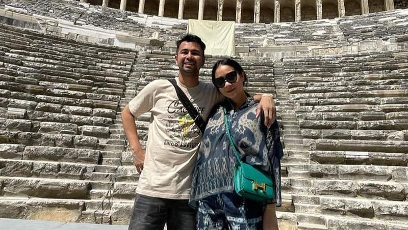 https: img.okezone.com content 2021 09 02 194 2465269 intip-nagita-slavina-pakai-outfit-rp217-juta-kunjungi-situs-bersejarah-di-turki-5UfunSKDiP.jpg