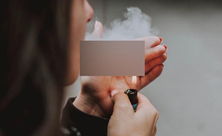 https: img.okezone.com content 2021 09 02 406 2464993 santuy-merokok-bule-wanita-digelandang-polisi-saat-pesawat-baru-landing-hjsXKTN4wS.JPG