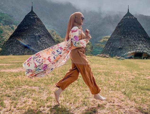 https: img.okezone.com content 2021 09 02 617 2465031 4-inspirasi-gaya-hijab-modis-dan-nyaman-dari-para-artis-untuk-liburan-cYnx8UAyOx.jpg