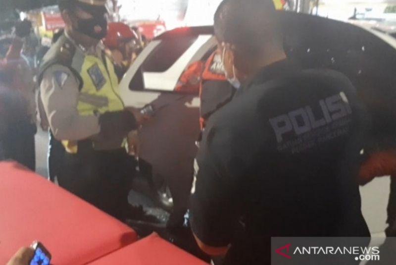 https: img.okezone.com content 2021 09 03 338 2465946 pengemudi-ditemukan-meninggal-dalam-mobil-di-lampu-merah-duren-tiga-8XsGnhCo4K.jpg