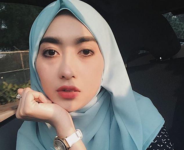 https: img.okezone.com content 2021 09 03 406 2465821 4-inspirasi-gaya-hijab-pramugari-cantik-miranda-wulandari-kece-abis-5dJNQj5fz0.JPG