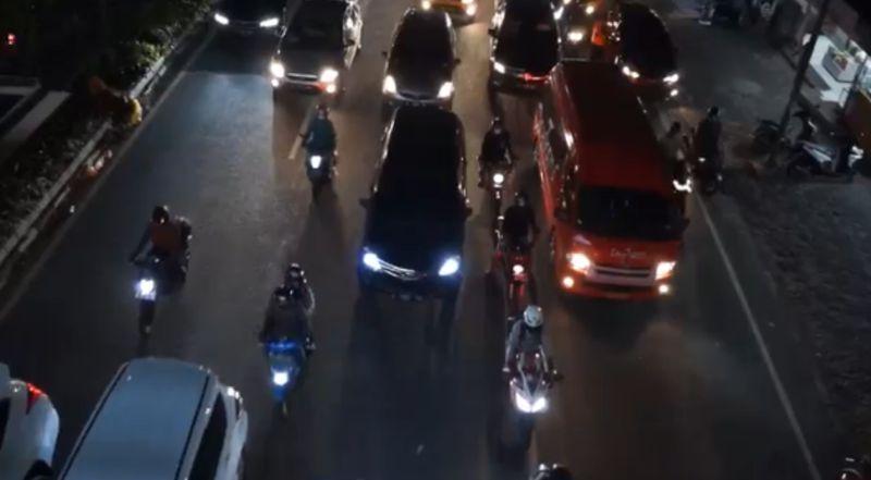 https: img.okezone.com content 2021 09 03 525 2465921 ganjil-genap-di-bandung-147-kendaraan-diputarbalikkan-IhU2NsStRg.jpg