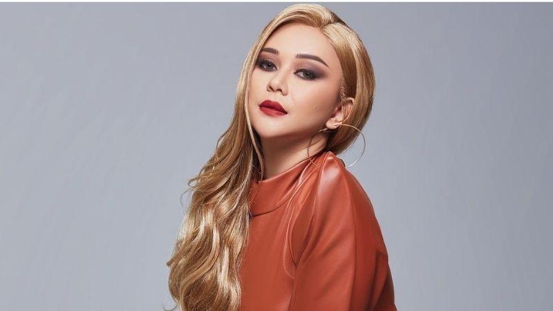 https: img.okezone.com content 2021 09 03 611 2465621 5-potret-terbaru-aura-kasih-berambut-pirang-cantik-mirip-boneka-barbie-GzPQPltQ4J.jpg