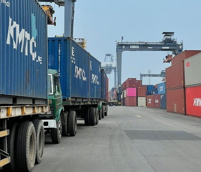 https: img.okezone.com content 2021 09 03 620 2465701 pangkas-antrean-truk-di-pelabuhan-percepat-ekspor-impor-begini-caranya-6D1FrFm5H9.jpg