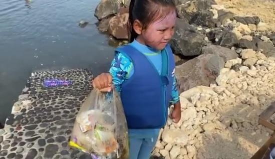 https: img.okezone.com content 2021 09 04 320 2466134 geram-banyak-sampah-plastik-susi-pudjiastuti-yang-buang-sampah-ke-laut-ditenggelamkan-gJ7Euqm4pm.jpg