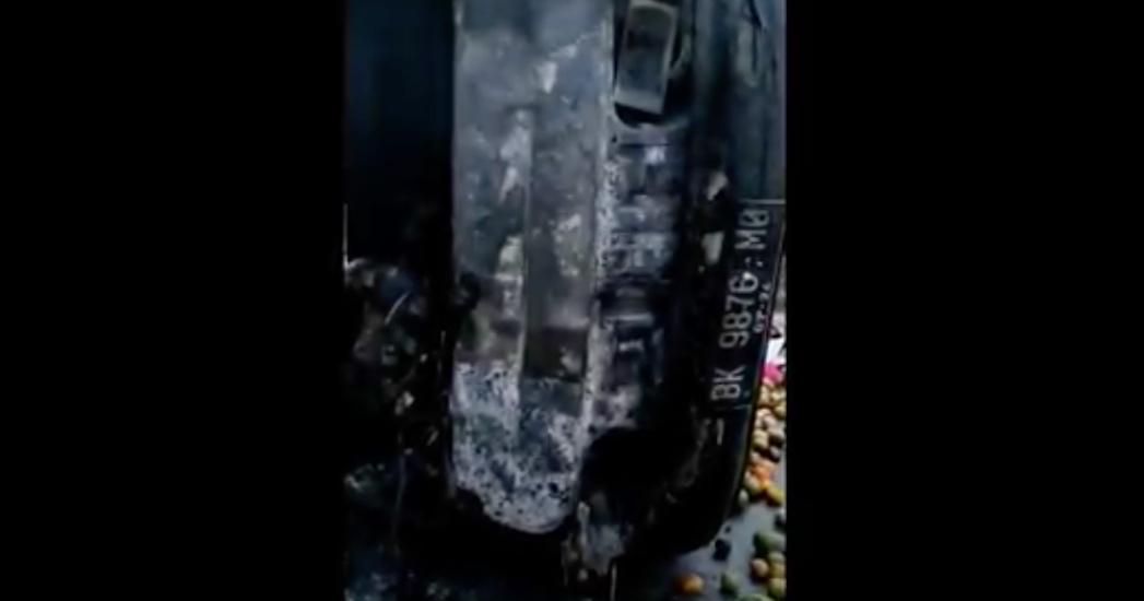 https: img.okezone.com content 2021 09 04 608 2466129 mobil-pikap-terbalik-dan-terbakar-sopir-terjebit-tak-bisa-selamatkan-diri-NTV92yMkRm.jpg