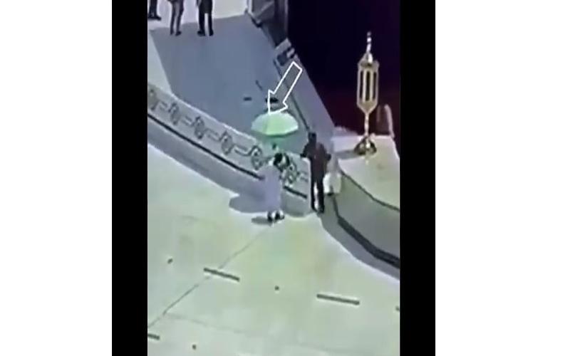 https: img.okezone.com content 2021 09 04 614 2466000 viral-askar-pinjamkan-payung-kepada-jamaah-umrah-di-depan-kakbah-WCqpDwCOoG.jpg