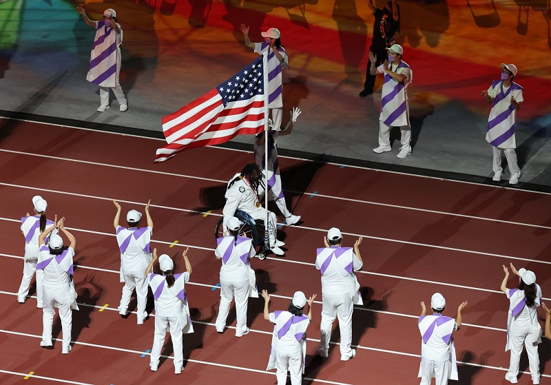 https: img.okezone.com content 2021 09 05 43 2466515 iring-iringan-bendera-negera-peserta-semarakkan-upacara-penutupan-paralimpiade-tokyo-2020-UZeOKvleZM.jpg