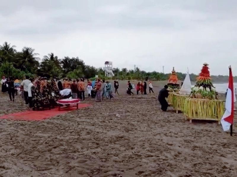 https: img.okezone.com content 2021 09 05 512 2466496 ritual-warga-di-pantai-pangandaran-dibubarkan-petugas-RlRFrAAHA8.jpg