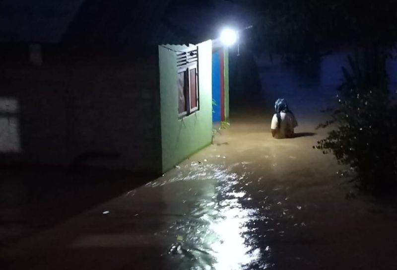https: img.okezone.com content 2021 09 06 340 2466905 banjir-rendam-155-rumah-warga-di-tomilito-gorontalo-ngGIZkjOkV.jpg