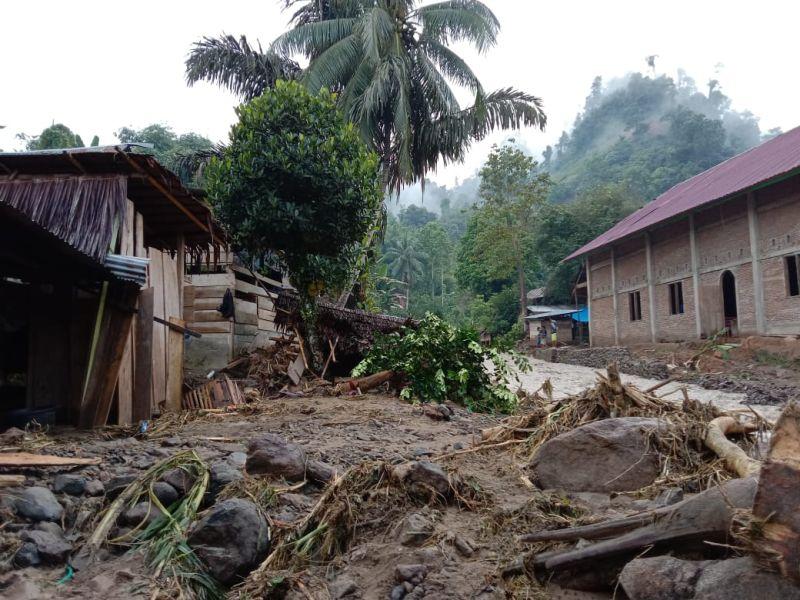 https: img.okezone.com content 2021 09 06 340 2467146 tim-gabungan-tangani-banjir-dan-longsor-di-mamasa-yang-merusak-127-rumah-g7hAnUS7g2.jpg