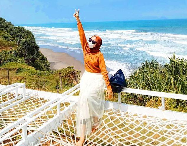 https: img.okezone.com content 2021 09 06 406 2466663 kembali-dibuka-pengunjung-serbu-wisata-pantai-karang-potong-cianjur-yHP42QqEl2.JPG