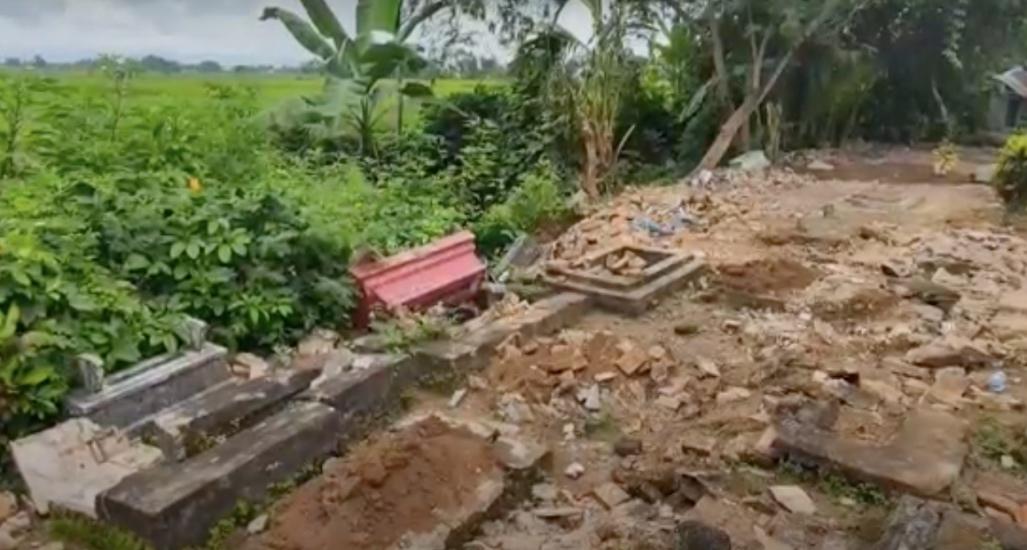 https: img.okezone.com content 2021 09 06 519 2466732 puluhan-makam-di-banyuwangi-dirusak-orang-tak-dikenal-polisi-turun-tangan-9981y13Yse.jpg
