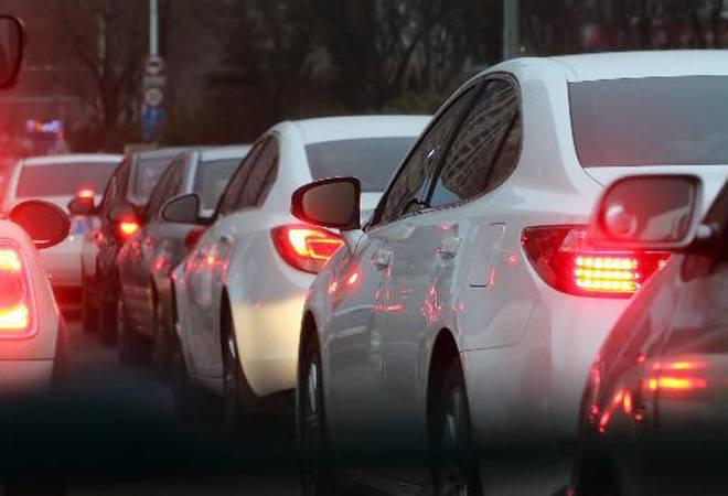 https: img.okezone.com content 2021 09 06 87 2467023 3-cara-mudah-menjaga-jarak-aman-dengan-kendaraan-lain-saat-berkendara-eNSPw3zQmQ.jpg