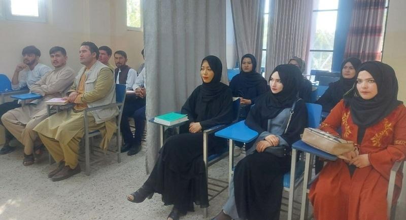 https: img.okezone.com content 2021 09 07 18 2467289 universitas-afghanistan-kembali-dibuka-mahasiswa-dan-mahasiswi-dipisahkan-tirai-DWtkpNTycE.jpg