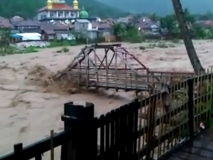 https: img.okezone.com content 2021 09 07 338 2467479 sungai-cidurian-di-bogor-meluap-sejumlah-jembatan-putus-Q93aPiUiWP.jpg