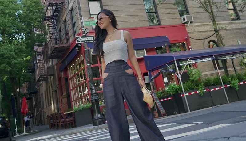 https: img.okezone.com content 2021 09 08 194 2468287 kecenya-rachel-vennya-pose-di-jalanan-new-york-celana-bolong-jadi-sorotan-eCXdkzObMN.jpg