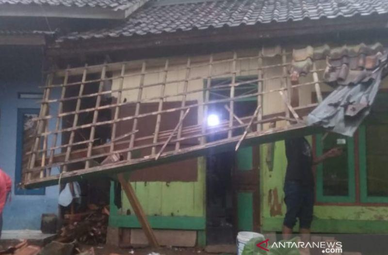 https: img.okezone.com content 2021 09 08 525 2467771 puting-beliung-dan-longsor-terjang-2-kecamatan-di-sukabumi-wyUQqUA3vU.jpg