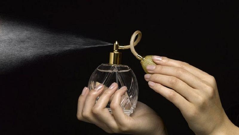 https: img.okezone.com content 2021 09 08 611 2468118 4-koleksi-parfum-ternama-yang-punya-wangi-tahan-lama-Mj8ulcnD3M.jpg