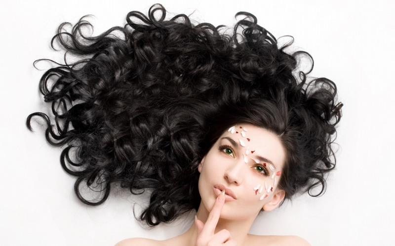 https: img.okezone.com content 2021 09 08 611 2468253 punya-rambut-keriting-coba-atur-pakai-hair-diffuser-1nE44vfaNk.jpg
