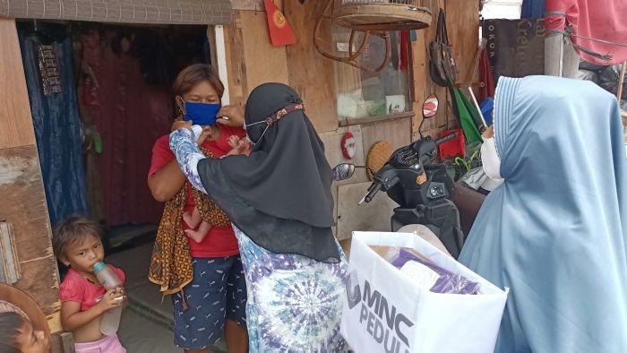 https: img.okezone.com content 2021 09 09 337 2468759 berkolaborasi-dengan-relawan-mnc-peduli-bagikan-masker-di-tanah-merah-OdF4FH4Fjo.jpg