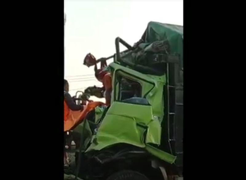 https: img.okezone.com content 2021 09 09 338 2468427 truk-tronton-tabrakan-di-tol-tangerang-merak-sopir-tewas-terjepit-aPep3Fw4jo.jpg