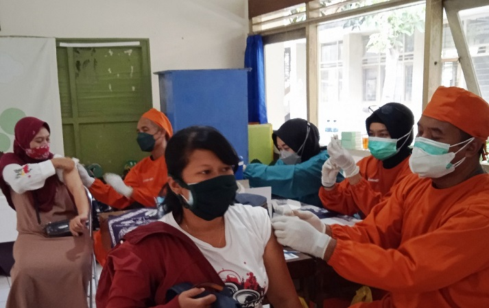 https: img.okezone.com content 2021 09 09 510 2468817 ribuan-warga-antusias-ikuti-serbuan-vaksinasi-tni-al-di-bantul-958JWrxfRC.jpg