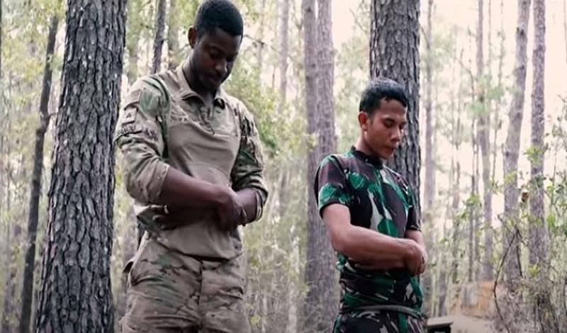 https: img.okezone.com content 2021 09 09 614 2468951 viral-tni-ad-us-army-sholat-berjamaah-saat-latihan-perang-di-hutan-wxMf62NRRe.jpg
