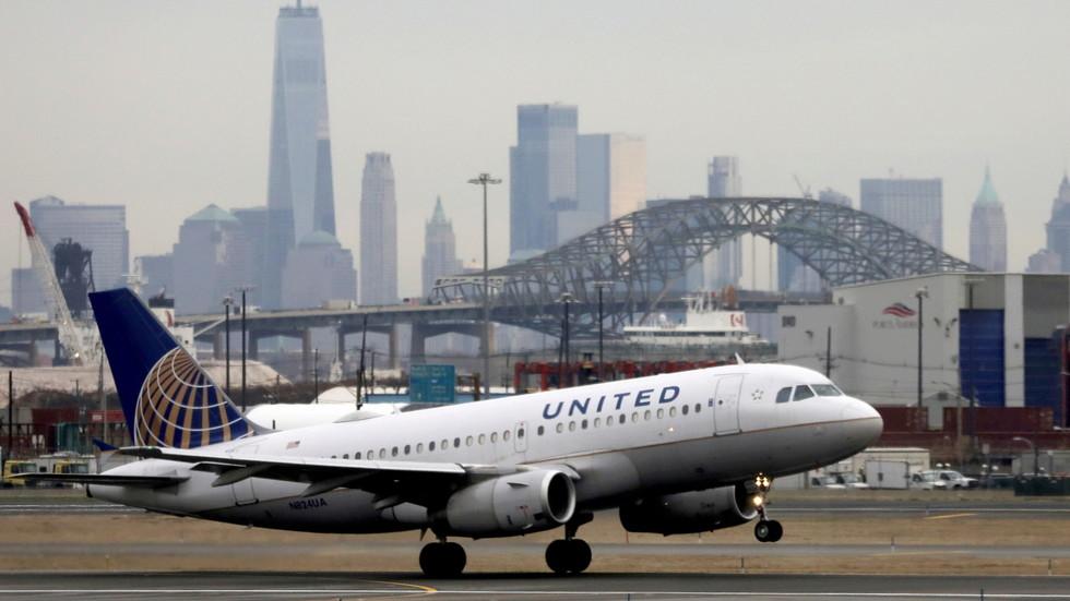 https: img.okezone.com content 2021 09 10 18 2469131 united-airlines-ancam-pecat-karyawan-yang-tolak-vaksin-covid-19-hhkCZ0lYQj.jpg