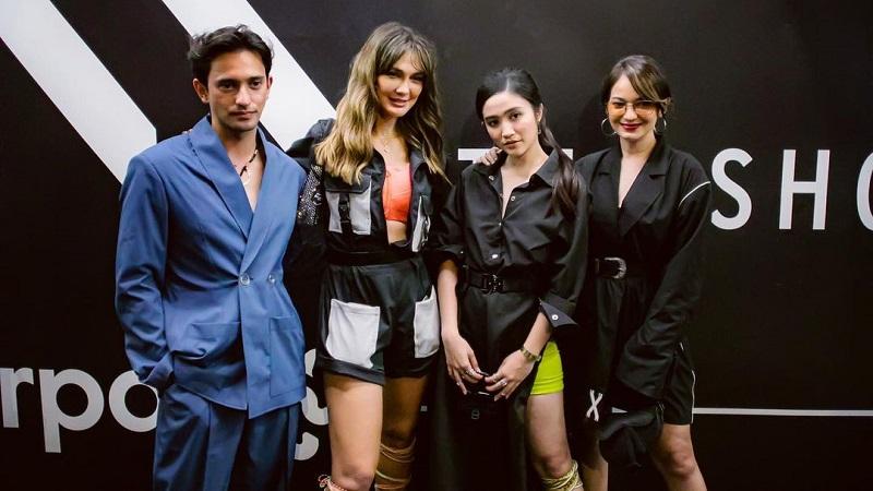https: img.okezone.com content 2021 09 10 194 2469500 hadiri-new-york-fashion-week-begini-gaya-luna-maya-hingga-enzy-storia-WDZwKKpafX.jpg
