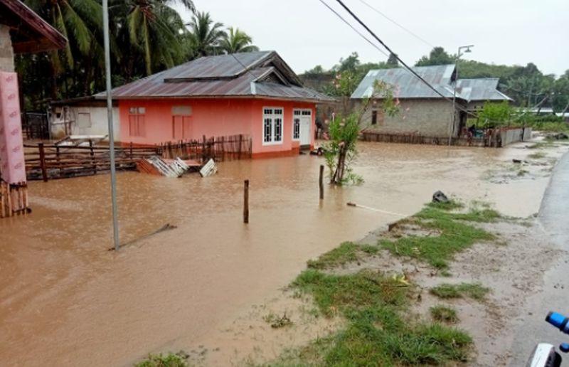 https: img.okezone.com content 2021 09 10 340 2469111 hujan-deras-76-rumah-di-boalemo-gorontalo-terendam-banjir-5V3SYh6baH.jpg
