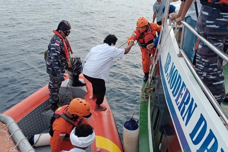 https: img.okezone.com content 2021 09 10 340 2469473 tim-basarnar-evakuasi-35-abk-yang-terbakar-di-perairan-samudra-hindia-dwyBxSUwEc.jpg
