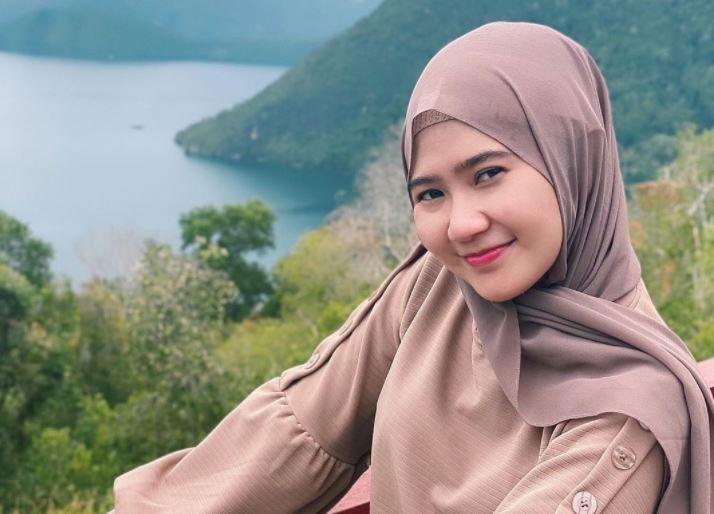 https: img.okezone.com content 2021 09 10 406 2469453 4-potret-hijab-pramugari-ayu-titin-pratiwi-cantiknya-bikin-netizen-ngajak-nikah-Vz0ZBKH0LA.JPG