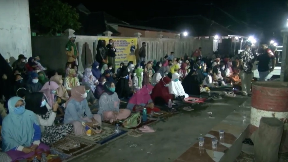 https: img.okezone.com content 2021 09 10 525 2469031 pelaku-pembunuhan-ibu-anak-di-subang-belum-terungkap-500-warga-gelar-doa-bersama-OYNbY9cSgB.jpg