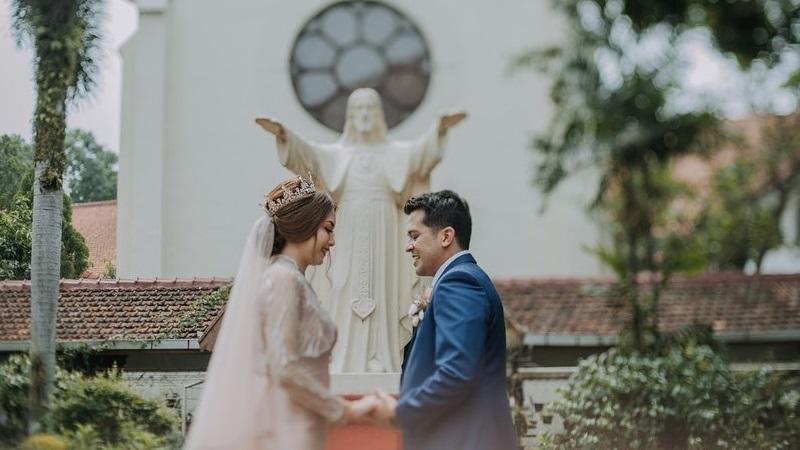 https: img.okezone.com content 2021 09 11 194 2469816 gaun-pengantin-pernikahan-stephani-di-gereja-dibuat-oleh-chintami-atmanagara-indahnya-kebersamaan-m1Wi5QnEtK.jpg