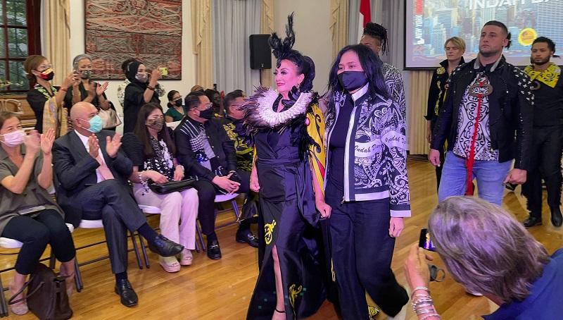 https: img.okezone.com content 2021 09 11 194 2469861 7-desainer-indonesia-mentas-di-fashion-show-kjri-new-york-8FJxXPlKSv.jpg
