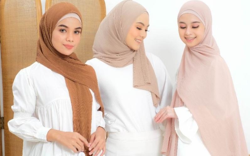 https: img.okezone.com content 2021 09 11 194 2469873 lagi-hits-hijab-pashmina-ceruty-bikin-tampilan-hijabers-anggun-dan-berkelas-ThzxSOpnAT.jpg
