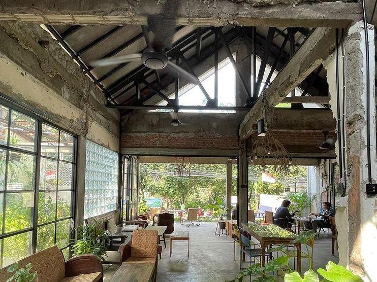 https: img.okezone.com content 2021 09 11 406 2469734 kafe-berkonsep-unfinished-style-tempat-nongkrong-unik-di-jakarta-selatan-13avwprKcB.JPG