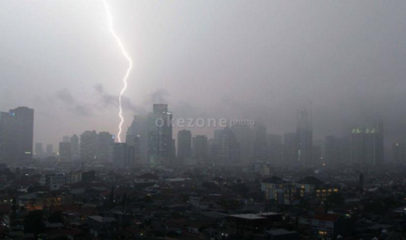 https: img.okezone.com content 2021 09 12 338 2469972 dki-jakarta-alami-hujan-disertai-petir-dan-angin-kencang-malam-ini-ttxqk9pOui.jpg