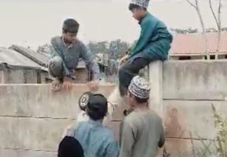 https: img.okezone.com content 2021 09 12 340 2470020 rumah-tahfidz-quran-terhalang-tembok-beton-1-5-meter-warga-dan-santri-bikin-tangga-7U61meh7E3.jpg