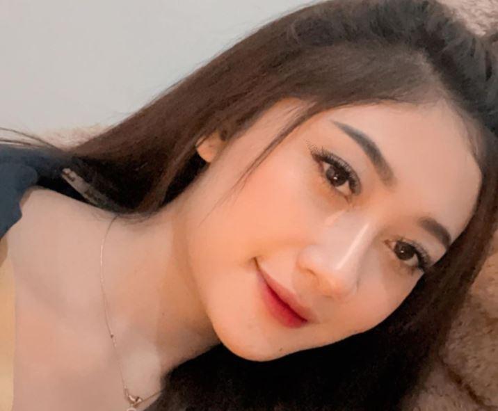 https: img.okezone.com content 2021 09 12 406 2469987 4-potret-cantik-pramugari-eliska-parker-netizen-mulus-kaki-iutqpNCLXO.JPG
