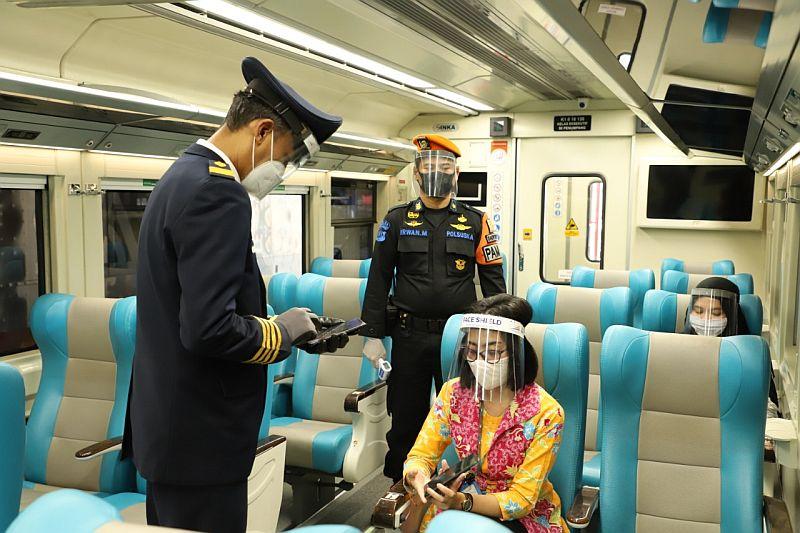 https: img.okezone.com content 2021 09 13 320 2470339 aturan-baru-kai-syarat-penumpang-naik-krl-hingga-kereta-bandara-wajib-tunjukkan-kartu-vaksin-kgDP85mfgz.jpg