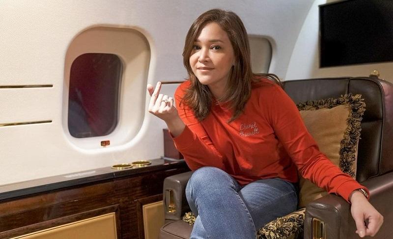 https: img.okezone.com content 2021 09 13 33 2470612 maia-estianty-terbang-ke-amerika-bye-bye-indonesia-uw9DpcuX5f.jpg