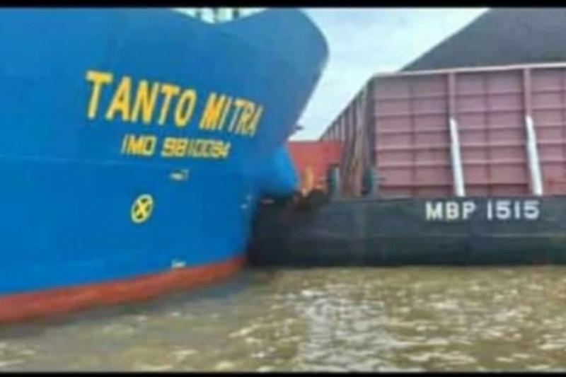 https: img.okezone.com content 2021 09 13 340 2470807 kapal-tongkang-dan-pengangkut-kontainer-tabrakan-di-perairan-tabanio-nCkxrx7zlQ.jpg