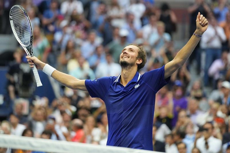 https: img.okezone.com content 2021 09 13 40 2470313 bungkam-novak-djokovic-daniil-medvedev-rebut-gelar-juara-us-open-2021-EIT7ivwJbK.jpg